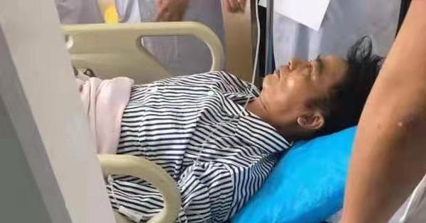 Sốc: ''Ông trùm phim 18+ Hong Kong'' Nhậm Đạt Hoa bị người lạ dùng dao đâm ngay giữa sự kiện, vào viện khẩn cấp