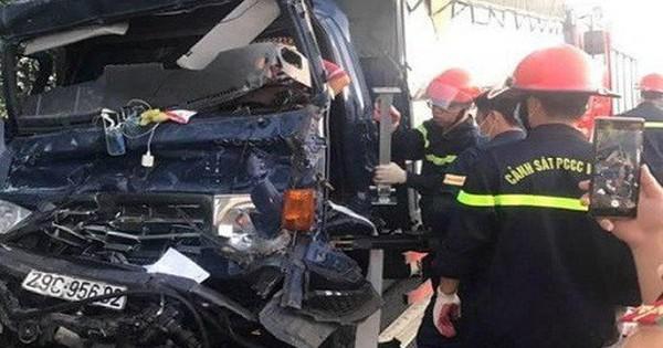 Xe tải tông đuôi xe container, tài xế tử vong trên cabin