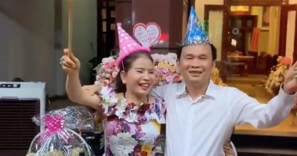 """Tiệc sinh nhật của cô chú U60 khiến dân tình trầm trồ: Chồng hôn má vợ như thuở còn son, nhà ngập hoa tươi vì """"vợ thích"""""""