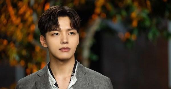 """5 khoảnh khắc cưng ''muốn xỉu'' của quản lí Yeo Jin Goo (Hotel Del Luna): Hết """"cà khịa"""" CEO đến hát ''Bầy-bị-Shark'' dỗ ma nhi đồng"""