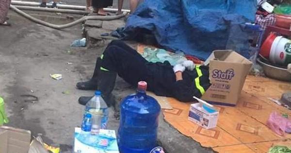 """Vỉa hè là giường, bìa carton là gối: Giấc ngủ vội vàng của anh lính cứu hỏa sau hàng chục giờ gồng mình chiến đấu với """"đám cháy Rạng Đông"""""""