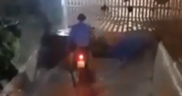 """Clip: Bảo vệ cùng người dân vội vã """"cứu"""" từng xe máy khi mưa tuôn xối xả ngập cả hầm để xe"""