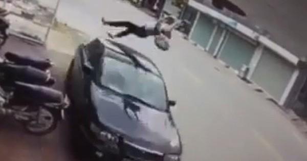 Clip: Nữ sinh đi xe đạp điện ngược chiều bị ô tô hất tung kinh hoàng, dư luận vừa thương lại vừa trách
