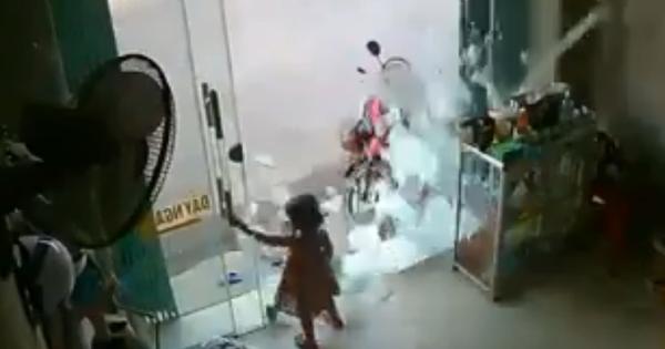 Clip: Kinh hãi cảnh bé gái đang chơi thì cửa kính cường lực vỡ tan, hàng ngàn mảnh kính đổ ập lên người