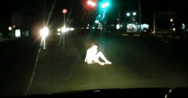 Hết hồn clip cô gái lao ra giữa đường chặn đầu xe ô tô rồi ngồi khóc, dân mạng thương một nhưng trách mười