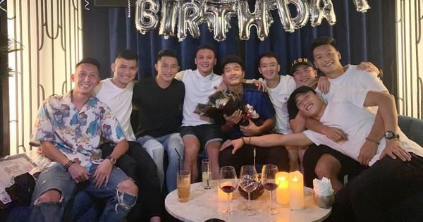 Dàn tuyển thủ Việt Nam tụ họp mừng sinh nhật Hà Đức Chinh, vui hết nấc nhưng món quà đặc biệt mới chiếm spotlight!