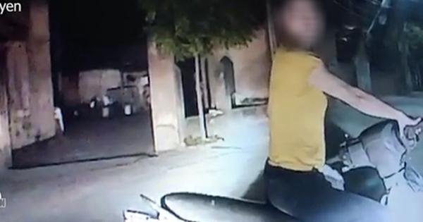 Clip: Dừng xe chắn ngang ngã ba, người phụ nữ mắng xối xả tài xế ô tô vì không chịu nhường đường