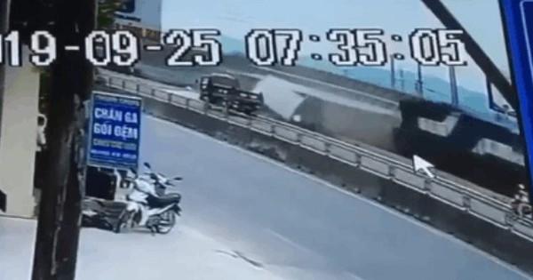 Clip cận cảnh vụ tàu hỏa tông trực diện xe tải ở Nghệ An khiến nhiều người hoảng sợ