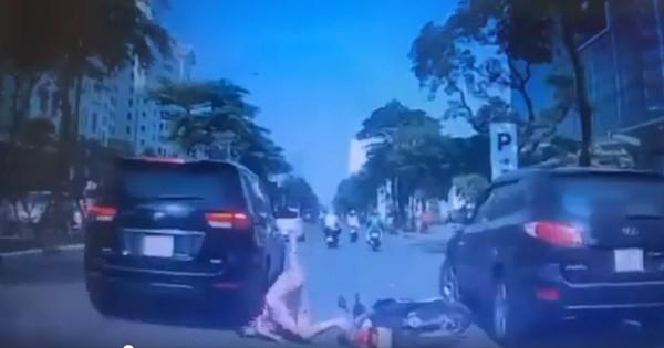 Clip: Người phụ nữ chở con nhỏ trên xe máy bất ngờ ngã xuống đường, thoát chết thần kì sát bánh ô tô khiến nhiều người thót tim sợ hãi