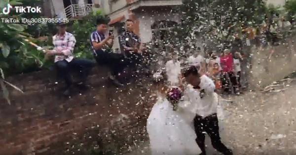 Xôn xao clip nhóm thanh niên bắn pháo giấy tung tóe mừng đám cưới, cười chưa thấy đâu, chỉ thấy dọn mệt