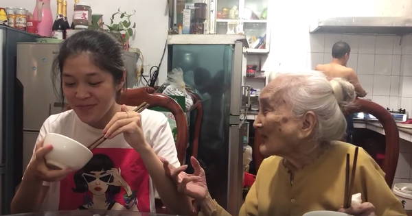 Clip: Cụ bà 94 tuổi móm mém hát, nhắc nhở cháu gái lấy chồng khiến dân mạng cười ngặt nghẽo vì quá dễ thương