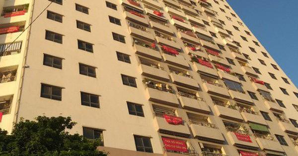 Người dân treo băng rôn đòi sổ hồng ở chung cư ''ông Thản'', bức xúc chỗ để xe quá tải phải phơi nắng ngoài sân