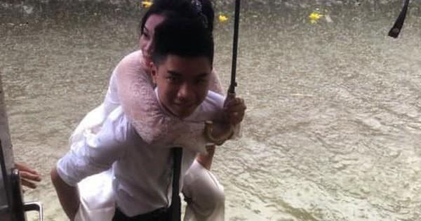 """""""Em gái mưa"""" phiên bản lũ lụt: Câu chuyện đằng sau bức ảnh chú rể cõng cô dâu đứng giữa biển nước đang nổi rần rần MXH"""