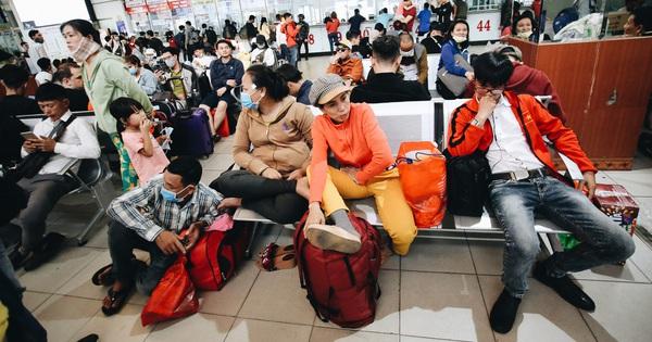 Khổ như đi xe đò về Tết: Đến bến sớm hơn 4 tiếng như đi máy bay, hàng nghìn người vật vã chờ ''dài cổ'' mới được lên xe