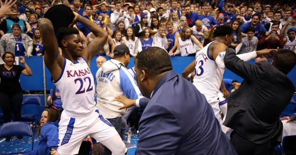 Cầu thủ bóng rổ đánh nhau như trên võ đài, lại còn định cầm cả ghế phang vào đầu đối thủ