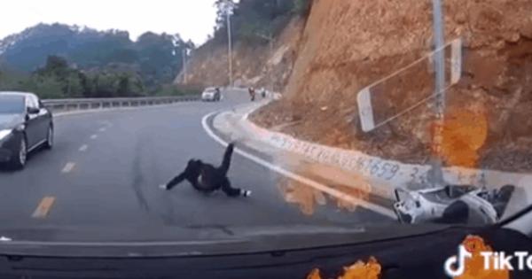 Clip: Cô gái nhảy xuống khỏi xe máy của bạn trai khi đổ đèo Tam Đảo và cái kết cực đau của nam thanh niên khiến dân tình sợ hãi