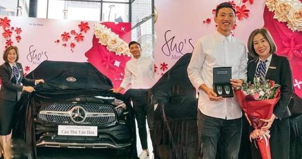 Sau Quang Hải, đến lượt Văn Hậu tậu xe sang trị giá hơn 2 tỷ đồng