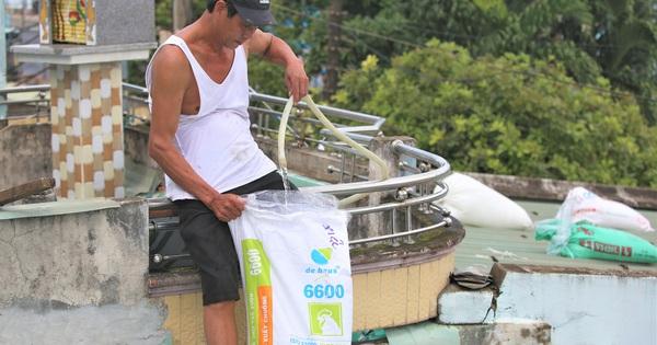 Người dân Quảng Nam bơm nước vào túi, can nhựa chằng...