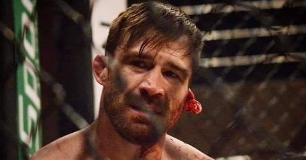Trận tranh đai vừa diễn ra thì trọng tài đã tuyên bố kết thúc đầy khó hiểu, nhìn tai của võ sĩ tất cả mới phát hiện ra điều kinh hoàng