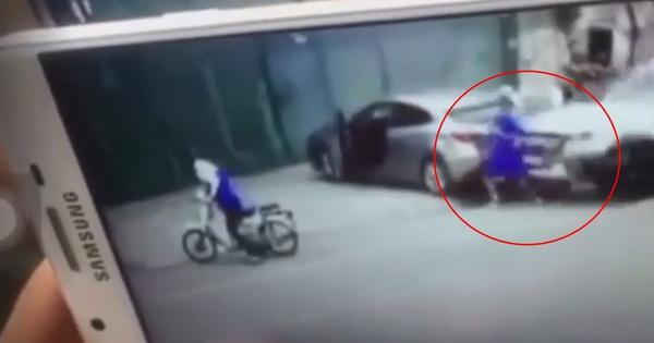 Clip: 2 người đàn ông xuống xe giải quyết sau va chạm, bất ngờ bị ô tô lao đến tông từ sau lưng, hất văng đầy kinh hoàng
