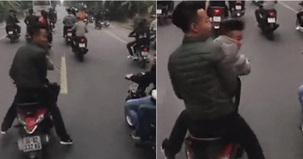 """Nhóm thanh niên chạy xe máy lạng lách, chặn đầu """"cà khịa"""" xe ô tô chở tân binh nhập ngũ gây bức xúc trên mạng xã hội"""