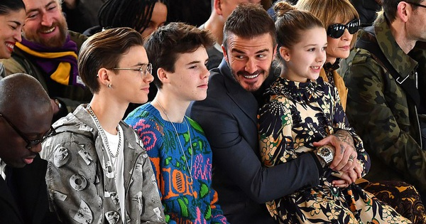 Gia đình Beckham chiếm spotlight tại show của Victoria: Romeo và Cruz ngày càng bảnh, Brooklyn bất ngờ vắng mặt