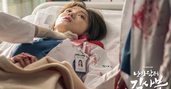 5 khoảnh khắc gây đau tim ở Người Thầy Y Đức 2: Tạt nước sôi vào mặt kẻ cưỡng hiếp, Lee Sung Kyung ''mất máu'' vì ngăn ẩu đả