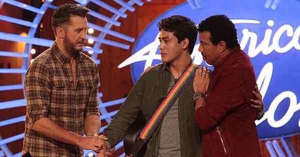 American Idol: Giám khảo phải xuống tận nơi trấn an trai đẹp hát hay nhưng run lẩy bẩy