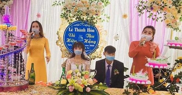 Đám cưới thời dịch virus Corona: Cô dâu, chú rể đeo khẩu trang, đến MC và ca sĩ cũng bịt kín mặt trên sân khấu