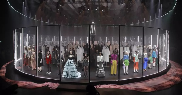 """Gucci bá đạo đến thế là cùng: """"Trưng bày"""" người mẫu trong lồng kính quay tròn khổng lồ, thay đồ ngay trên sân khấu"""
