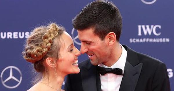 Tay vợt số 1 thế giới trổ tài ca hát cực chill cùng vợ yêu, nhận lời thách đấu từ đám nhóc ngay trên đường phố