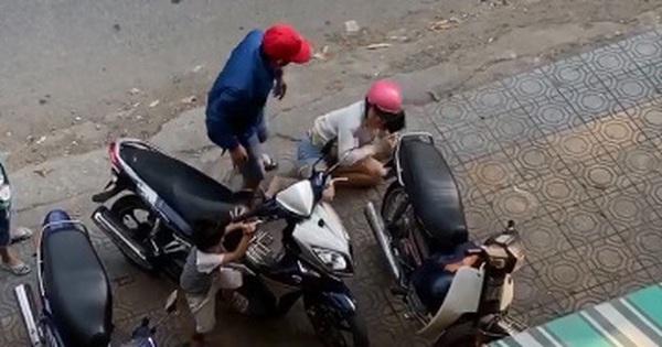 Clip: Chồng vũ phu túm tóc, đấm đá vợ dã man giữa đường phố, 2 con nhỏ đứng im chứng kiến khiến nhiều người xót xa