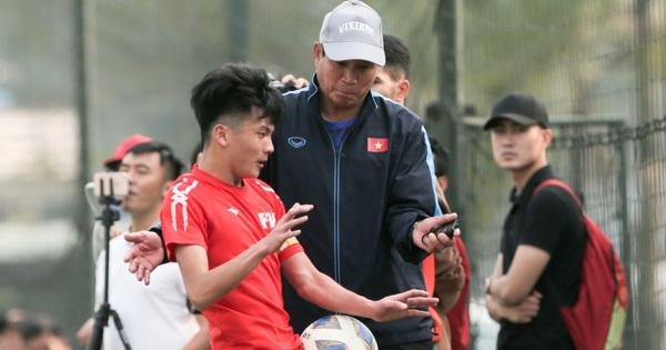 HLV U70 của tuyển nữ Việt Nam hoảng hốt vì suýt bị cầu thủ trẻ tông trúng ở đường biên