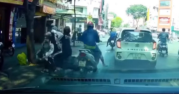 """Clip: Đi vào đường ngược chiều để trốn công an, 2 thanh niên """"điếng người"""" sau cú lao xe thẳng gốc cây"""