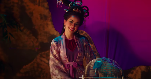 """Hết """"sang chảnh"""" trong poster, Chi Pu bỗng… rao lô tô bằng giọng Nam siêu đáng yêu, nhưng rồi vẫn không ai biết bài hát mới sẽ như thế nào!"""