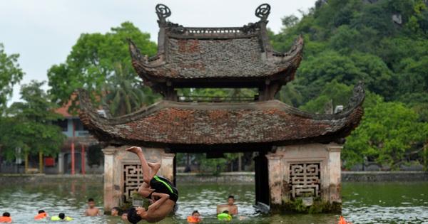 Trẻ em nô đùa dưới làn nước mát tại hồ nước ngàn năm tuổi trong ngày hè oi bức