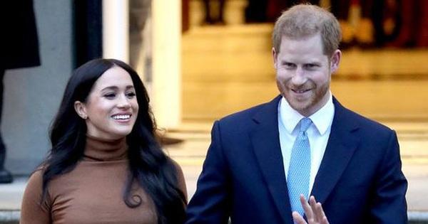 Vợ chồng Meghan Markle và Harry bị tố ''thất hứa'' khi vẫn dùng tước hiệu Hoàng gia trước đây của mình sau khi đã dứt áo ra đi