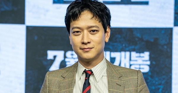 Bị hỏi kém duyên vì sao có ngoại hình ''ông chú'' ở họp báo Train To Busan 2, cực phẩm một thời Kang Dong Won phân bua: Tôi cũng già chứ bộ!