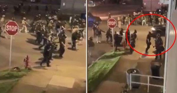 Ô tô lao thẳng vào cảnh sát ngăn chặn bạo loạn ở New York khiến 2 người bị thương, thị trưởng đau xót: ''Tôi biết người ta đang tức giận và đau đớn...''