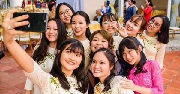 Lộ ảnh vợ sắp cưới của Công Phượng trước đám hỏi: Xinh đẹp rạng ngời, nổi bật giữa dàn gái xinh đỡ lễ