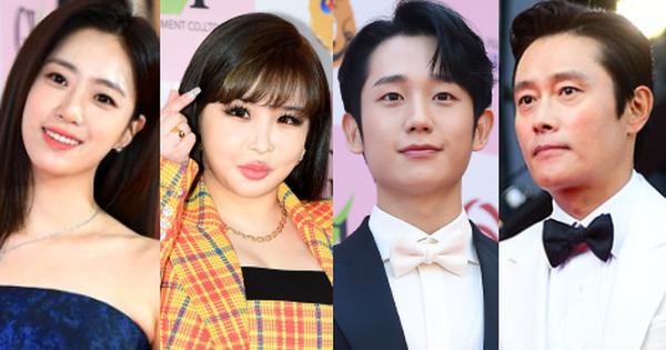 Park Bom gây sốc khuôn mặt méo mó đến lạ, hút hết truyền thông trước dàn diễn viên đình đám ở thảm đỏ ''Oscars Hàn Quốc''