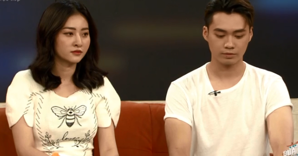 Huyền Thoại - Ngọc Anh đi show chung hậu ''Người ấy là ai'' nhưng sao ngồi xa cách thế này?