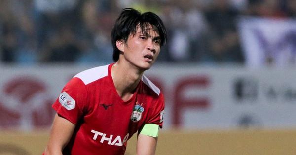 Tuấn Anh chán chường, mệt mỏi sau khi HAGL bị Hà Nội FC hành hạ suốt 90 phút