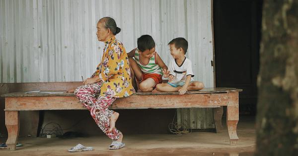 Bố mất, mẹ lặng lẽ bỏ đi khiến 2 đứa trẻ côi cút, đói ăn bên bà nội già yếu: 'Sao con không có bố mẹ như mấy bạn vậy nội'