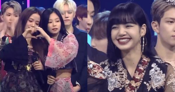 Chỉ 2 phút nhận cúp mà BLACKPINK quá đáng yêu rồi: Lisa xinh ngất lại bắn tim chuyên nghiệp, còn Jisoo và Jennie thì ''fail'' toàn tập!