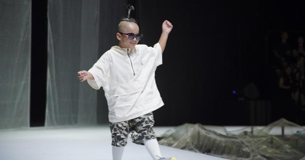 Khánh Vân và Nam Anh làm vedette Tuần lễ Thời trang Trẻ em nhưng chất nhất vẫn là màn nhào lộn của bé Nhím - con nuôi Đỗ Mạnh Cường