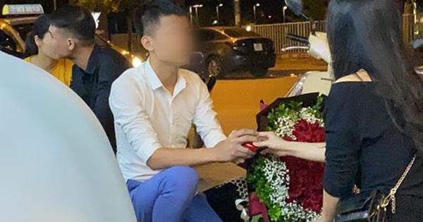 Clip: Nam thanh niên quỳ xuống cầu hôn cô gái trên vỉa hè, bị từ chối liền thẳng thừng ném nhẫn khiến cộng đồng mạng xôn xao