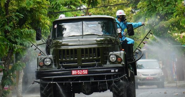 Cận cảnh Binh chủng hóa học phun khử khuẩn từng gốc cây, ngọn cỏ trên đường phố Đà Nẵng