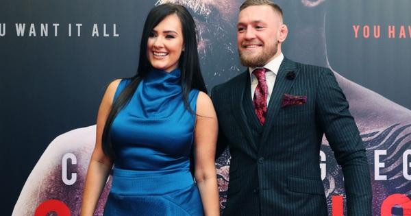 ''Gã điên'' Conor McGregor đính hôn với bạn gái Dee Devlin sau 12 năm bên nhau