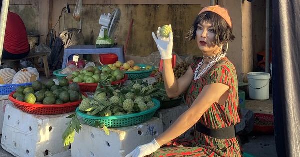 Tiktoker mượn đồ bộ của mẹ, phối phụ kiện cho sang, đi catwalk ngoài chợ khiến bà hàng xóm ''đứng hình''